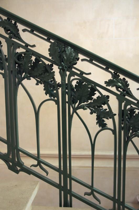 Mairie d'Euville, la rampe d'escalier en fer forgé, au motif de chêne