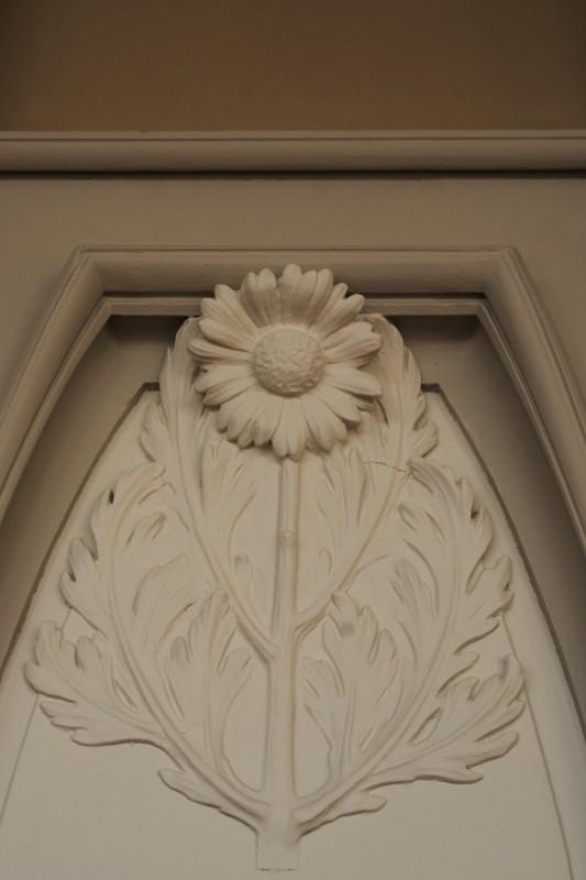 Stucs représentant une fleur, mairie d'Euville